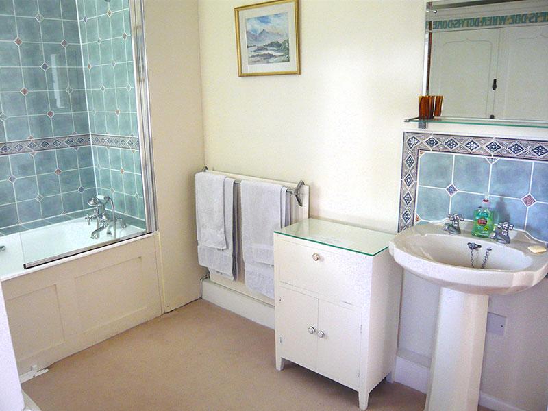 http://www.mantonlodge.co.uk/wp-content/uploads/2014/04/g-bathroom-3.jpg