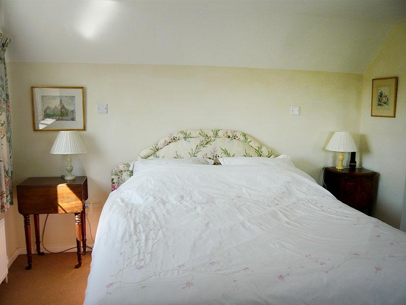http://www.mantonlodge.co.uk/wp-content/uploads/2014/04/v-bedroom-bed.jpg