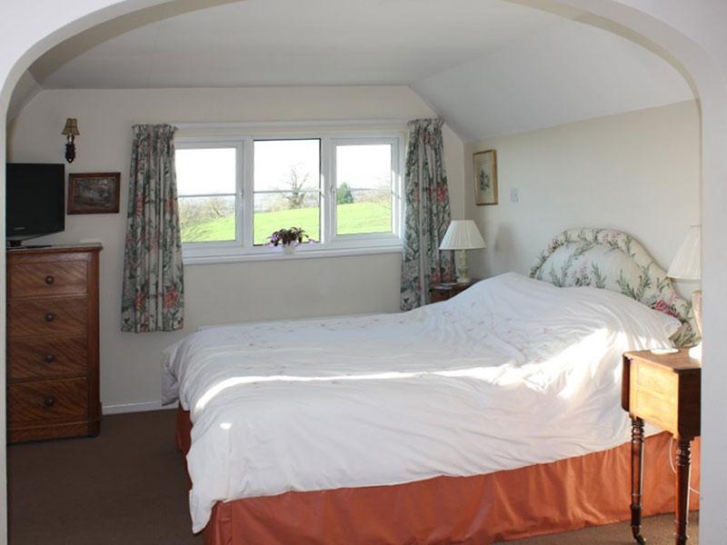 http://www.mantonlodge.co.uk/wp-content/uploads/2014/06/new-valley-view-bedroom.jpg